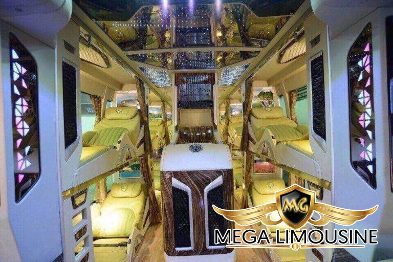Xe Limousine Sài Gòn đi Nha Trang được trang bị 9 ghế ngồi, ghế rộng rãi, được bọc da cao cấp. Mỗi vị trí của khách ngồi được trang bị màn hình Tivi 25 inch.